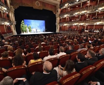 Un teatro lleno a favor del empleo juvenil