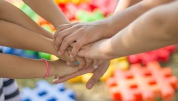 Los niños necesitan realizar actividades para estimular sus sentidos y favorecer su desarrollo. (Foto Prensa Libre: Servicios).