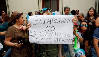 Guatemaltecos protestan contra la firma del acuerdo que convertiría a Guatemala en un tercer país seguro. (_Foto Prensa Libre: EFE)