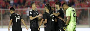 Jugadores de México celebran tras anotar un gol contra Panamá, durante el partido por la Liga de Naciones Concacaf, en el estadio Rommel Fernández, en Ciudad de Panamá. (Foto Prensa Libre:   EFE).