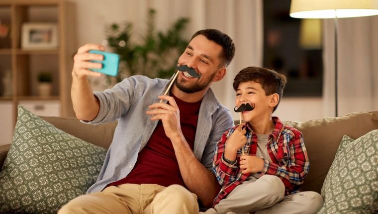 Los padres de familia deben tomar un rol de entretenimiento y acompañamiento para sus hijos y así organizar actividades que favorezcan su interacción. (Foto Prensa Libre: Shutterstock).