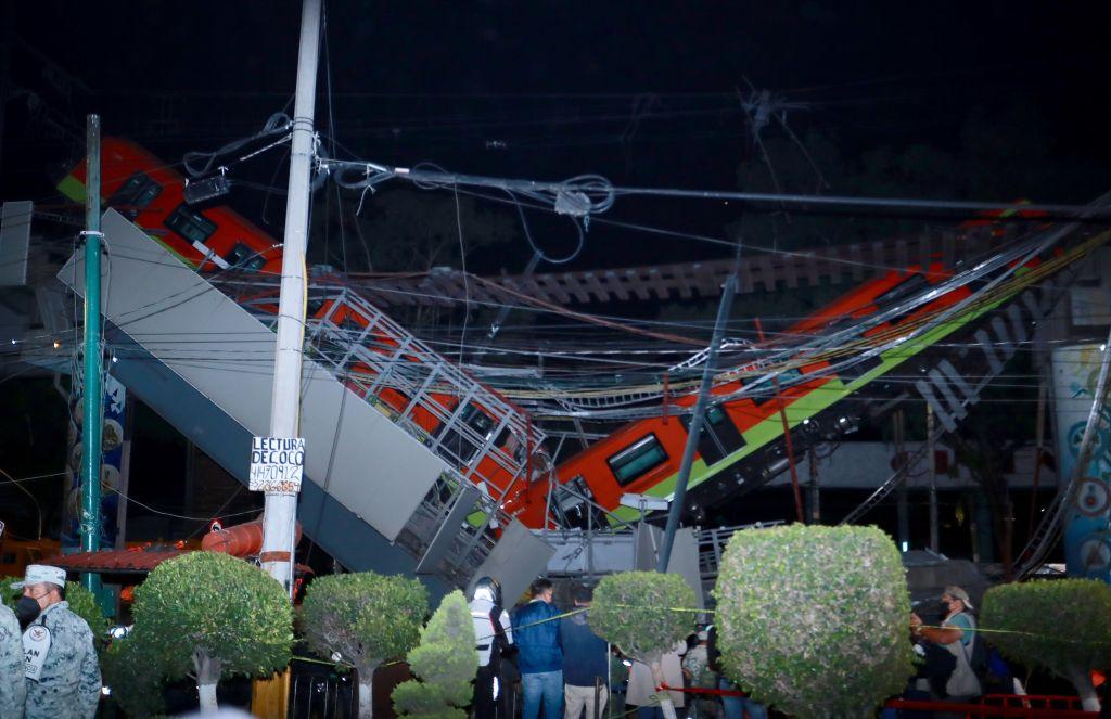 Vista general del colapso de unos vagones donde al menos 23 personas murieron y 65 están hospitalizadas por el accidente de un metro de la Ciudad de México. (Foto Prensa Libre: EFE)