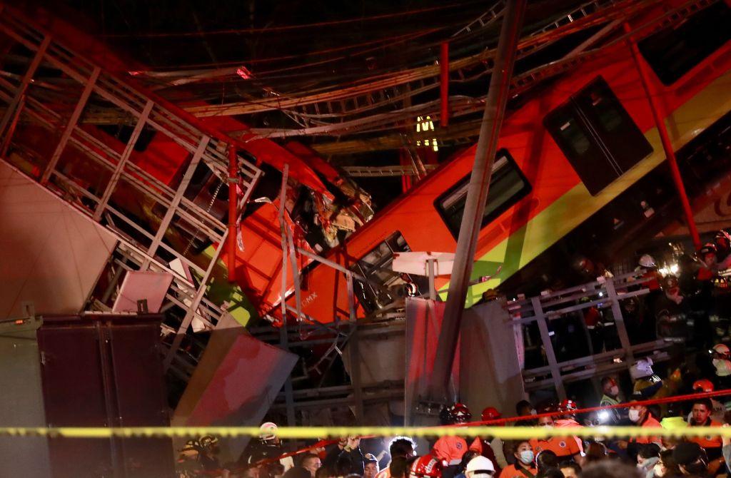 Decenas de rescatistas y bomberos trataban de sacar a los pasajeros del interior de los vagones, entre fierros retorcidos y cables. (Foto Prensa Libre: EFE)