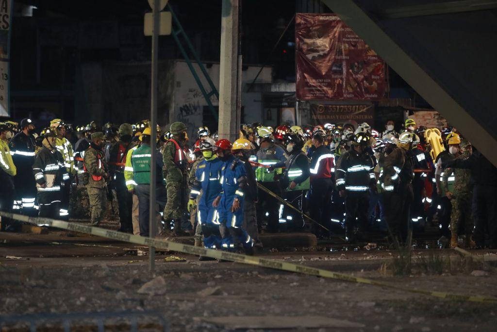 Miembros de los servicios de emergencia se organizan cerca de lugar tras desplomarse un puente de la vía elevada de la línea 12 del Metro de Ciudad de México. (Foto Prensa Libre: EFE)