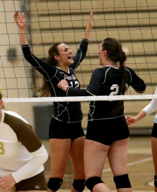 Setter Marisa Parson puts her sister in position to score. (Photo by Tom Smart, DeseretNews.com)