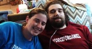 """Daniel Fleetwood junto a su inseparable esposa, Ashley Fleetwood vistiendo camisas alusivas a la campaña """"ForceForDaniels"""". (Foto/Suministrada)"""