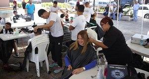 Alcaldesa de Canóvanas participó de actividad de recorte gratis para estudiantes. (Foto/Suministrada)