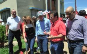 David Bernier y el alcalde de Carolina, José Carlos Aponte, recorren áreas del residencial Sabana Abajo junto a otros líderes del PPD. (Foto/Suministrada)