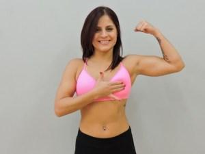 Jancel Santiago, muestra la forma correcta de colocar los dedos para palpar los senos.