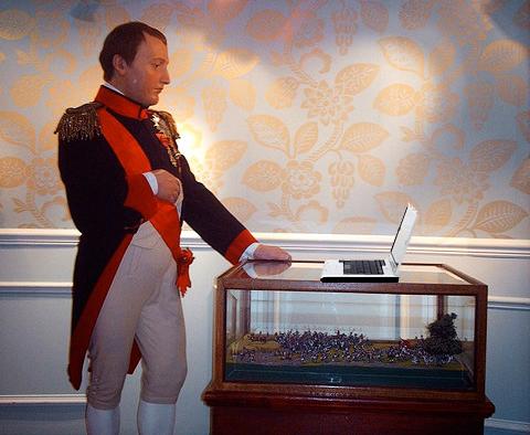 Napoleón Bonaparte mirando un ordenador portátil