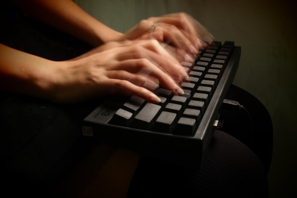 Manos escribiendo en teclado de ordenador