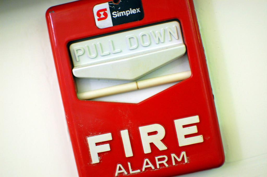 Alarma de incendios con llamada a la acción: Pull Down