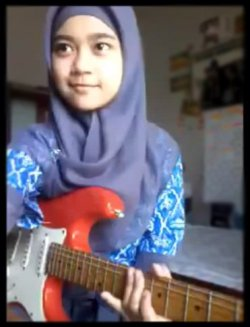 Pige med tørklæde spiller heavy guitar