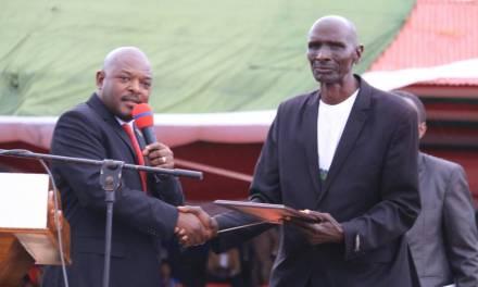 Le Président de la République prime les meilleurs travailleurs à l'occasion de la fête du travail