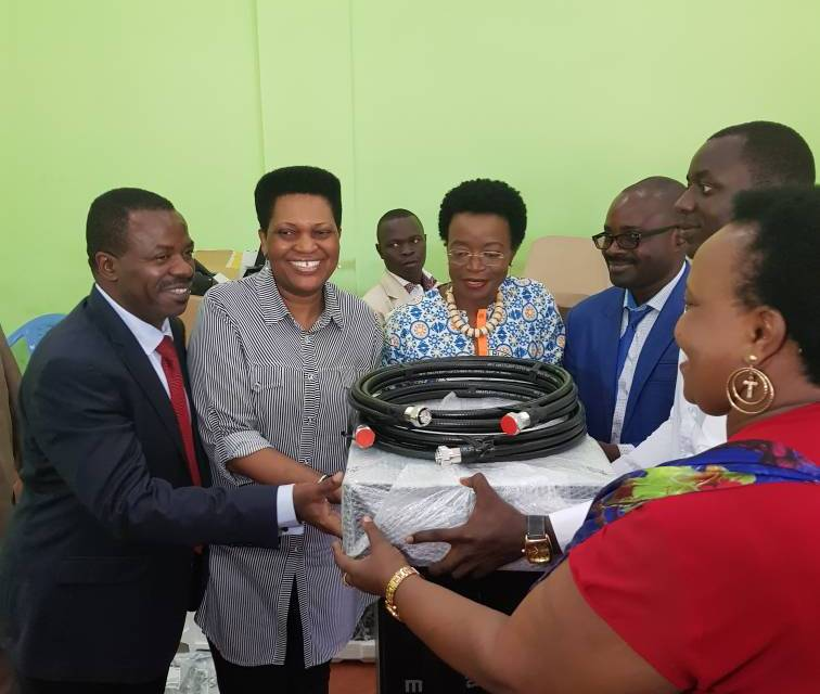 La Fondation Buntu a reçu du FNUAP des équipements d'une radiodiffusion