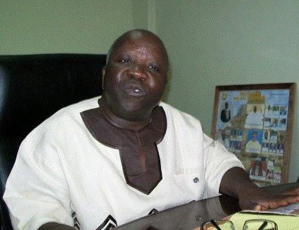 Le maire de Ouagadougou Simon Compaoré qui essayé des tirs des soldats