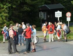 Wandern ohne Grenzen – Der Nationalpark Bayerischer Wald startet wieder seine beliebte Sommerführungsreihe mit Sonntagswanderungen in den Nationalpark Šumava. (Foto: NPV Bayerischer Wald)