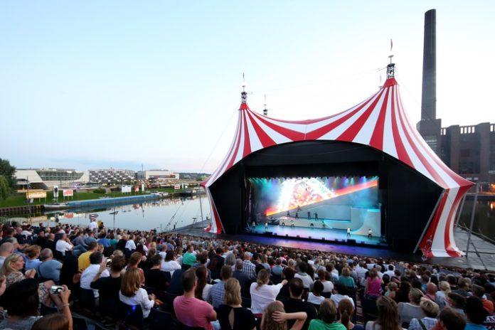 Ein Sommer mit atemberaubenden Shows und verzaubernder Akrobatik erwartet die Gäste vom 12. Juli bis 20. August beim zweiten internationalen Sommerfestival Cirque Nouveau in der Autostadt in Wolfsburg. Die Besucher können sich auf über 300 Veranstaltungen freuen: große Shows auf der Hafenbühne, echte Zirkus-Atmosphäre im Zelt der Gartenbühne, artistische Präsentationen im gesamten Park, viele Mitmachangebote und neue Attraktionen im Hafenbecken in einer eigenen Wasserwelt. Professionelle Akrobaten, Tänzer, Schauspieler, Musiker und Illusionisten aus Australien, Kanada, Kolumbien, Neuseeland