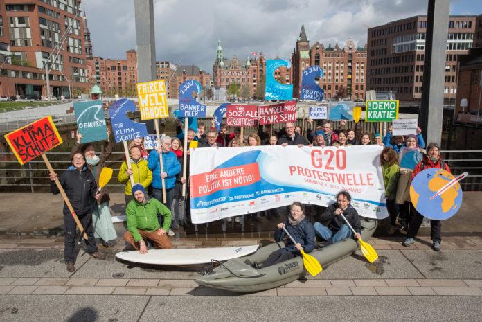 """""""Planet Earth First"""": Greenpeace-Aktivisten projizieren Klimaforderung auf Elbphilharmonie Michael Abramovich spielt auf schwimmendem Konzertflügel Chopins Nocturne"""