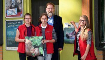 Ein gutes Team: Juniorberaterinnen Hanna (v. li.), Anna-Lena und Vivien mit Zoodirektor Udo Nagel. Gemeinsam wurden noch zu Ferienbeginn die neuen Briefkästen für Kinderwünsche im Zoo angebracht.
