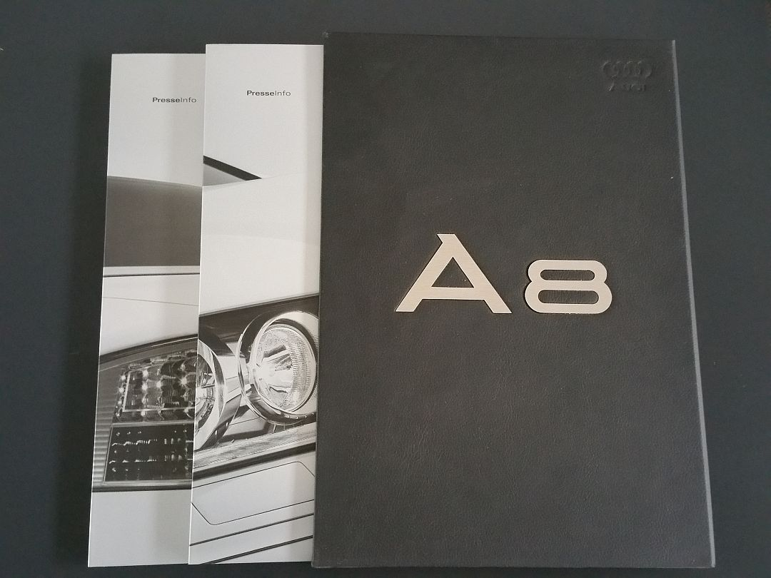 Ein hochwertiges Produkt verlangt eine hochwertige Pressemappe. Hier ein Schuber in Kunstleder mit Aluminium-Einlage und Prägedruck für den neuen Audi A8