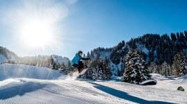 Snowboarding mit Helm und Protector