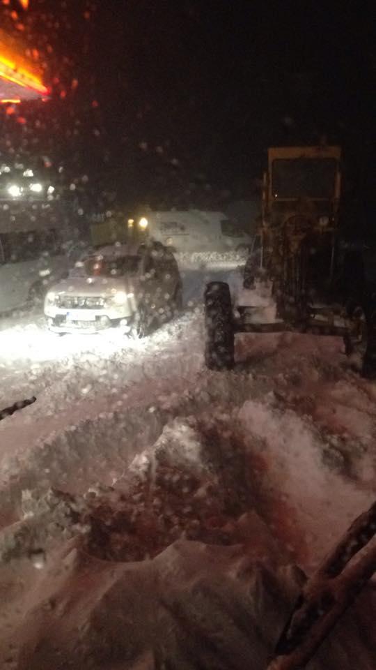 Mersin'in Mut İlçesi'nde bulunan Sertavul Geçidi'nin yoğun kar yağışı nedeniyle ulaşıma kapanmasıyla 17 kişi mahsur kaldı, 1 kayıp. 100'ün üzerinde vatandaş kar ve tipi nedeniyle bulunduğu yerden ayrılamıyor.