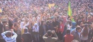 Binler sınırda Kobani zaferini kutluyor