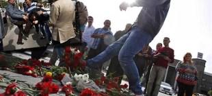 Ölenlerin anısına bırakılan karanfilleri tekmeledi, tekme tokat dövüldü