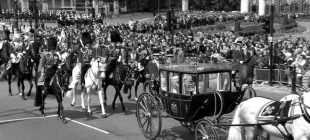Londra, İngiltere Kraliçesi'nin resmi doğum günü için sokakta