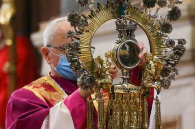 """Napoli, non si ripete il prodigio di San Gennaro: """"Il sangue è solido"""". Per il momento niente miracolo. I Fedeli restano raccolti in preghiera."""
