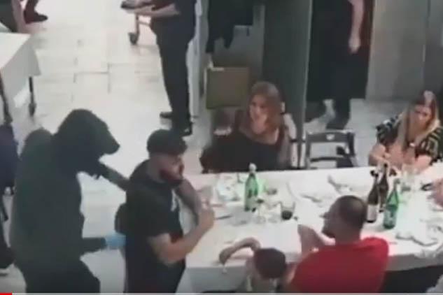 Rapina choc in un ristorante in provincia di Napoli: armi puntate contro i bambini. Il video