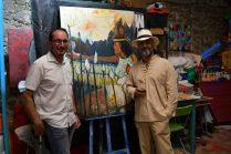 Shahram Nabati en mode photo avec les visiteurs lors du vernissage à la Galerie d'Art Emma