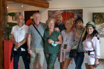 les visiteurs en mode photos souvenir lors de expo de 5 artistes peintres à Galerie d'Art Emma