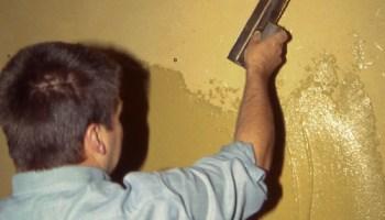appliquer un enduit de lissage sur le mur