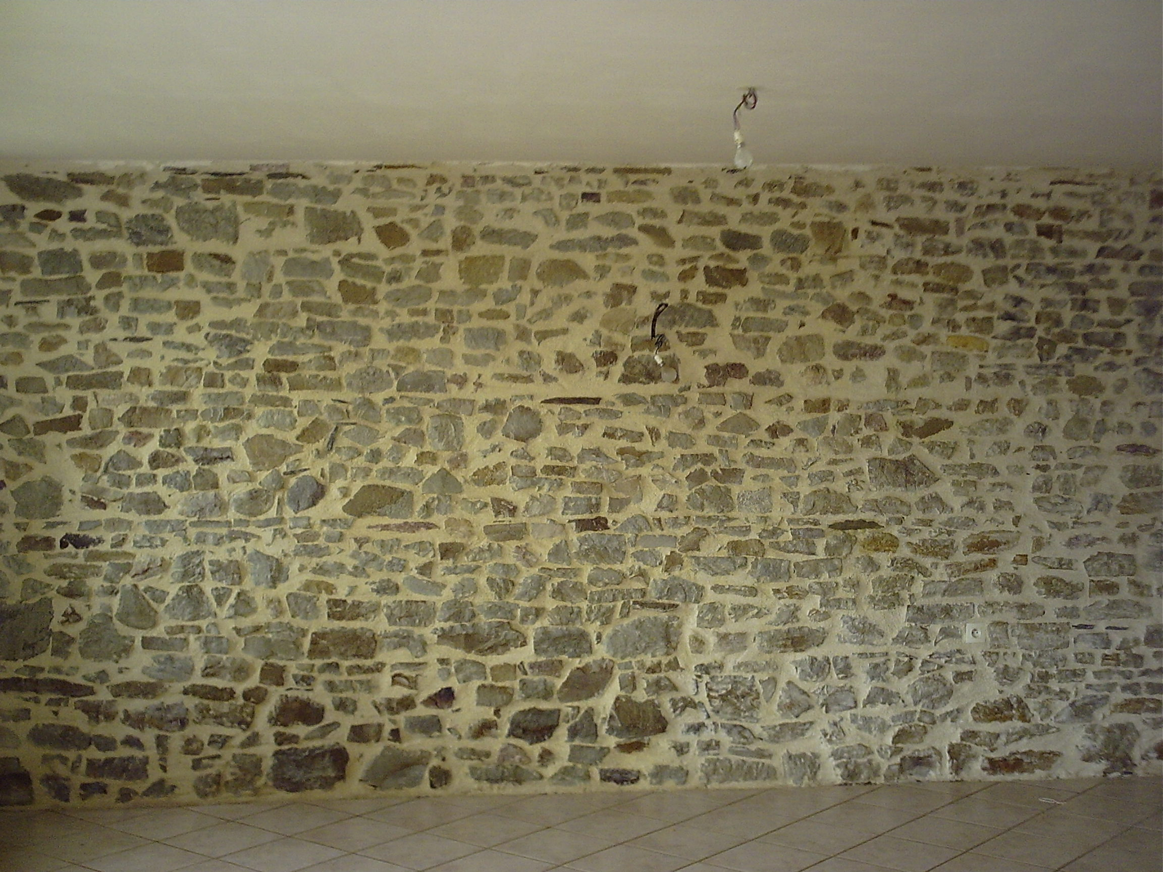 Construire et monter un mur en pierre for Mur en pierre apparente interieur