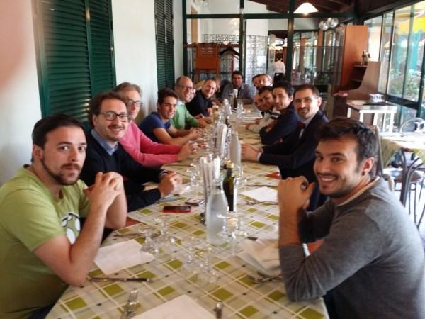"""I partecipanti al workshop che eseguono il difficile numero della """"sparizione del pranzo""""."""