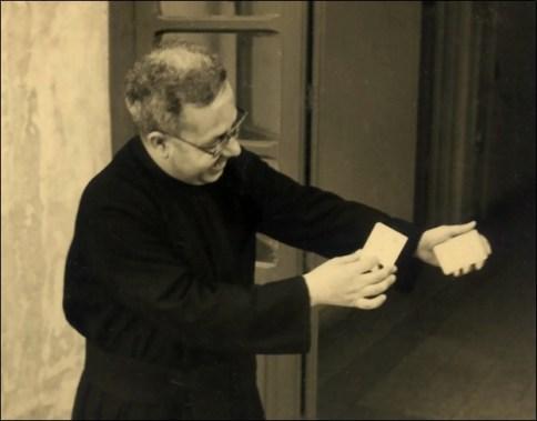 Padre Cimò con le carte