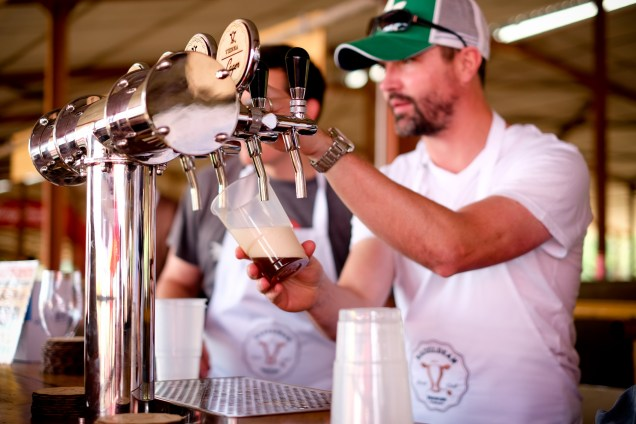 mn pouring beer, beer tap cowhouse market Pretoria