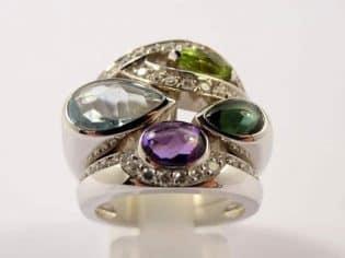 Exemples : bagues, colliers, bracelets, bijoux de marque, pierres précieuses etc