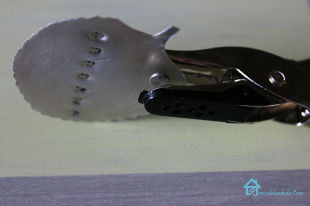 punching a hole on a metal tag2