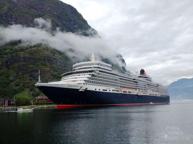 QE2_cruise_ship