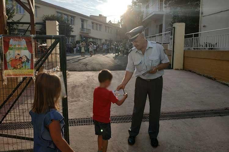 Ενημερωτικά φυλλάδια μοίρασε η Αστυνομία σε δημοτικά σχολεία της Ηπείρου_5e04f930a6173.jpeg