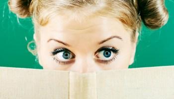 Žena čte knihu o onemocnění a podváze