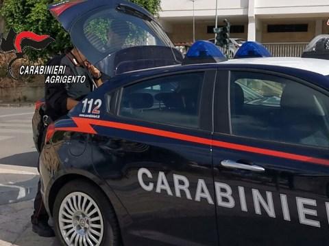CRONACA CATANIA - Si schiantano nel catanese per fuggire dai carabinieri: denunciati quattro uomini e una donna di 69 anni, proprietaria dell'auto
