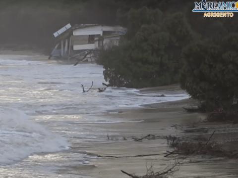Agrigento, la marea distrugge ristorante di Eraclea Minoa. Sparisce sempre più la spiaggia e il boschetto a causa delle mareggiate