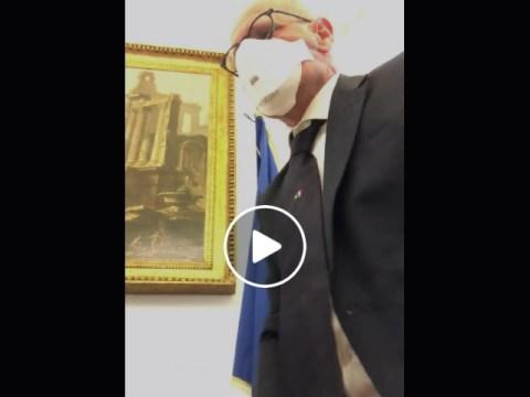 Fabio Rampelli toglie bandiera Europa da studio di Montecitorio
