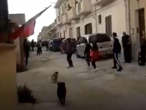 Coronavirus: lasciano case e ballano in strada a Mazara