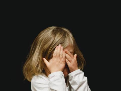 Giovane mamma mostro, lega la figlia di 2 anni, le spezza i denti, la prende a morsi. Una storia orribile, una violenza inaudita contro la piccola.