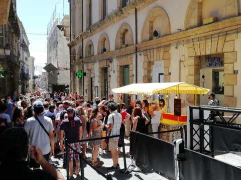Caltagirone assembramenti per Dolce&Gabbana (2)